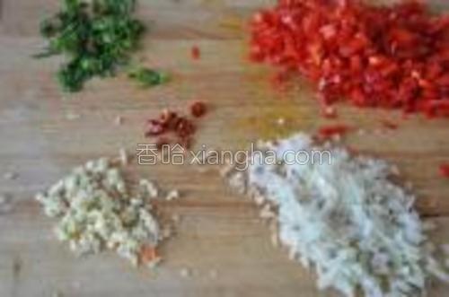 红甜椒切细丁,洋葱、蒜切碎,小米椒切细圈,罗勒叶粗略剁碎。菠菜洗净,甩干水,剁碎。