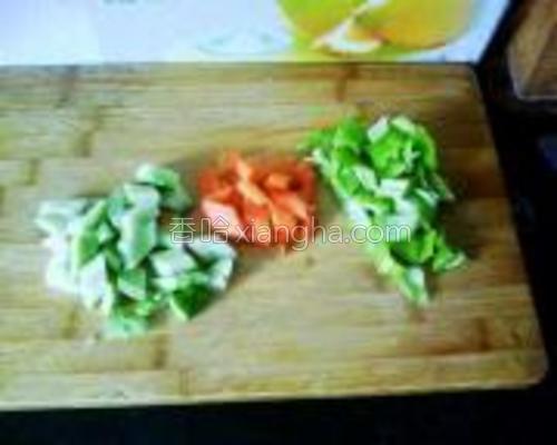 把黄瓜、尖椒、胡萝卜切丁。