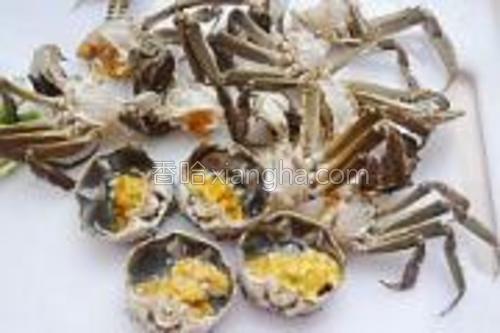 螃蟹养干净,剁成小块。