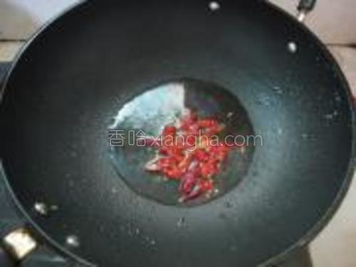炒锅放3汤匙油,烧至温热,下干辣椒炸香。