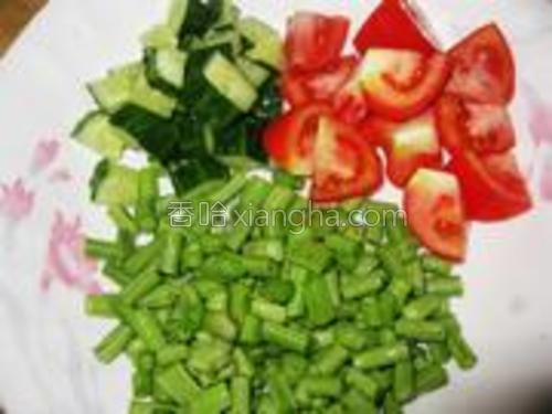 青瓜、番茄、豆角切丁备用。
