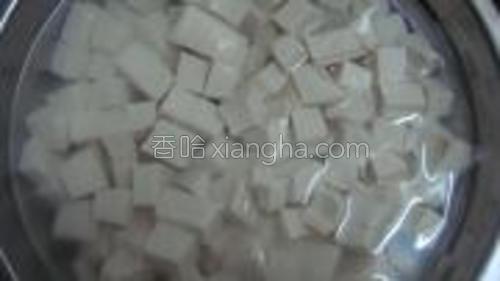 豆腐切成小块,备用。