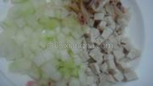 干鱿鱼泡少切丝,冬瓜好肉丸切成一粒粒备用。