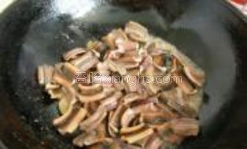 锅中倒少许油,油热下姜片煸炒片刻,倒入鳝段翻炒,加少许盐,至不粘锅即可捞出备用