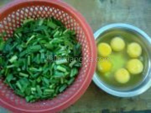 泡水10分钟后洗净切小段,准备6个鸡蛋,打在小盆里。