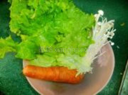蔬菜洗净不要控干水分,带些水珠更好,备用