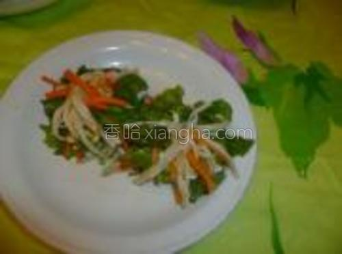 取一片生菜叶,放适量金针菇和胡萝卜丝包起来,外边可以露出一些来,显得好看些,牙签封口。<br/>一个一个分别包好放入盘中
