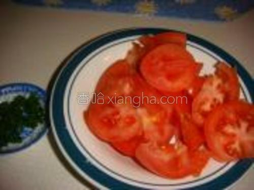 西红柿切小块,香葱切碎。