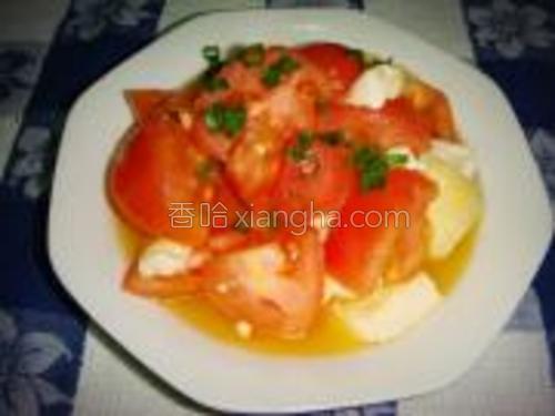将炒好的豆腐西红柿上碟把香葱洒在面上即可。