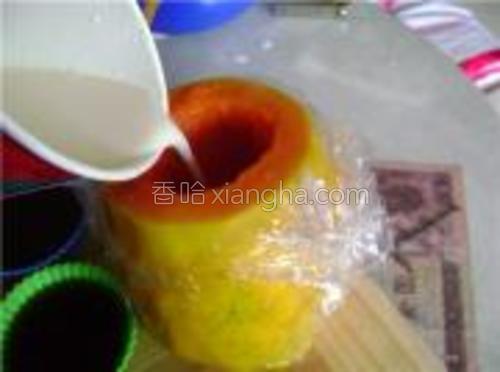 木瓜包上保鲜膜。为了防漏<br/>慢慢注入不是很烫的牛奶。
