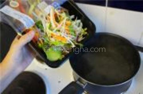 将蔬菜倒入沸水中焯一下立刻捞出,以防止维生素的流失。装盘前过冷水,以保证清脆爽滑的口感。当然崇尚生食的朋友可省略该步