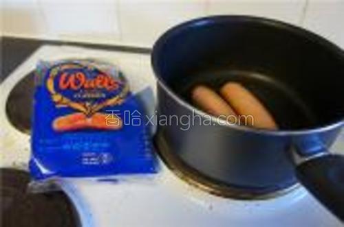 煎或炸热狗肠,注意火候,金黄或略红的时候取出。
