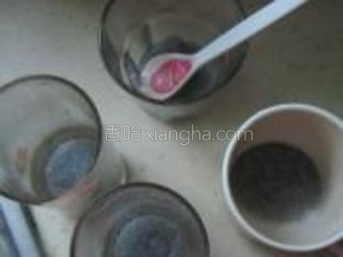 适量泡发的兰香子分别装入杯中。