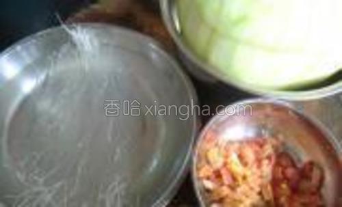 将虾米,干贝,粉丝用水泡一下,备用