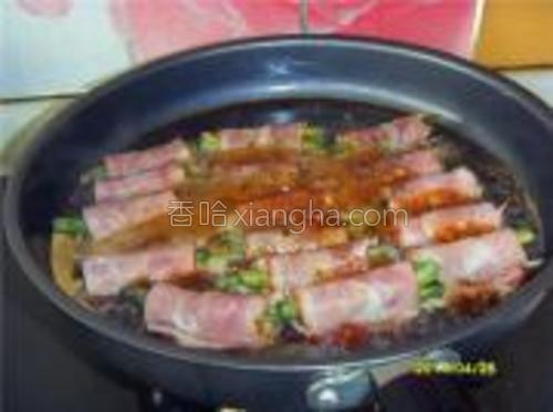 锅内抹薄薄一层油,放入卷好的培根豆角卷,加盖用小火煎熟,中途开盖翻面,加入老抽、白糖、黑胡椒粉、水适量,烧至收汁即可。