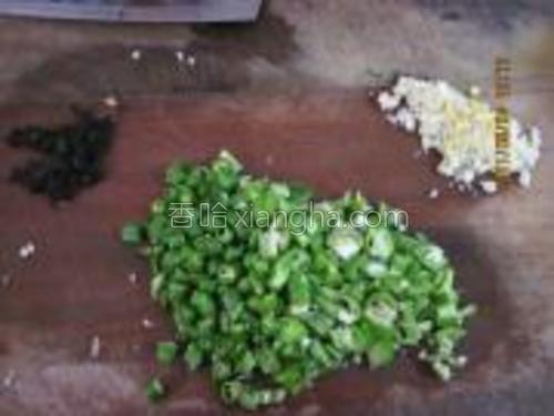 配料:青椒切碎,大蒜切末,紫苏切碎。
