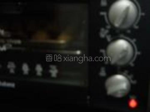 放到预热好的烤箱中200度10分钟再转180度10分钟直到表面焦黄。每家烤箱不同,烤的时间也有差异,要多观察转换温度和时间。