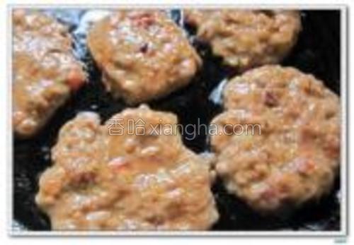 平底锅烧热放油,转小火,将调好的牛肉馅做成圆饼状,放入锅中。