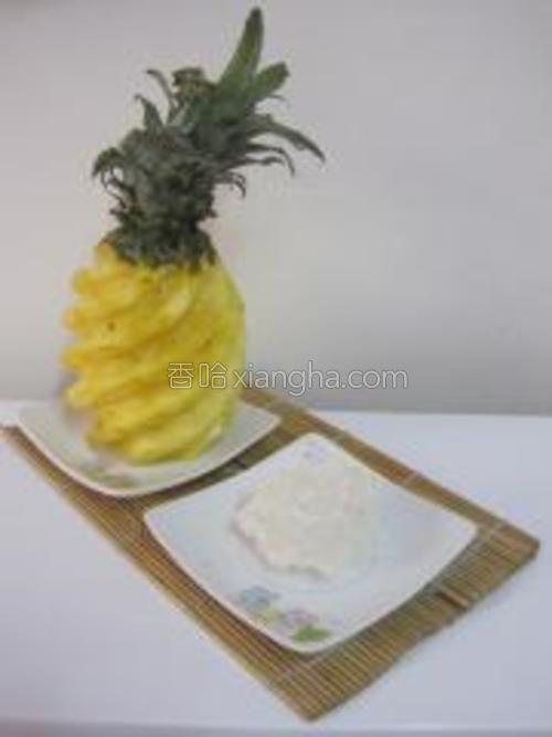 准备食材:菠萝一个、冰糖一块(我不喜欢吃太甜所以只加了一丁点)