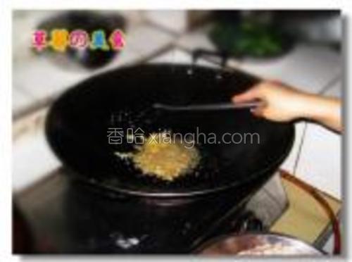 锅内热油,放入姜蒜爆香。