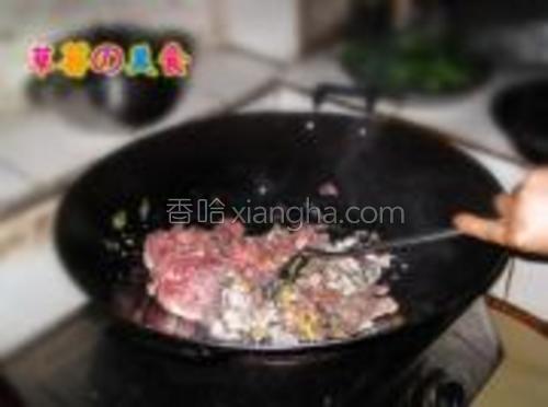 把鱼肉和猪肉的肉糜搅拌好放进去翻炒。