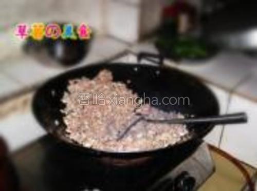 以免粘锅,快递翻炒,炒均匀。