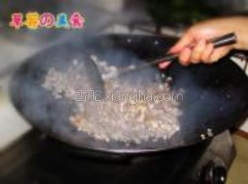 炒到肉的颜色变白加入盐,鸡精,白糖,生抽,蚝油继续翻炒。