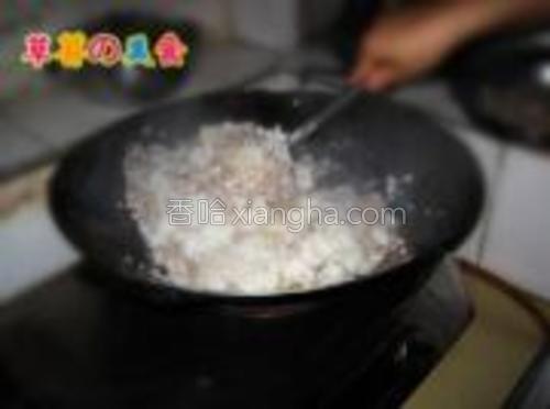 调味料拌匀以后加入之前煲熟的米饭进去翻炒。