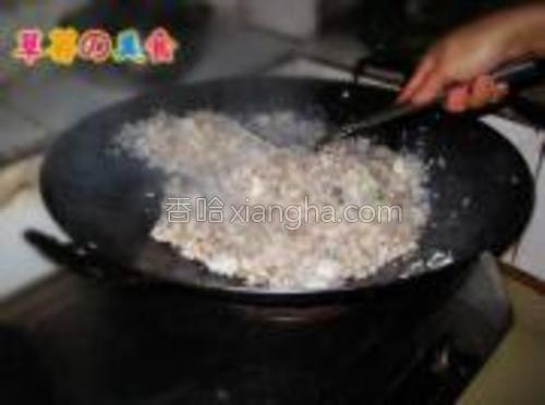 继续翻炒,这时要翻炒均匀,让米饭和鱼肉混合均匀,这样才更入味更香,怕粘锅,中途要适当加一点点水进去,然后加之前切好的小葱进去翻匀。