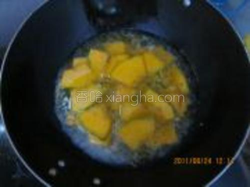 炒到南瓜颜色稍有点加深后倒入水,水没过南瓜即可。大火盖锅盖煮。