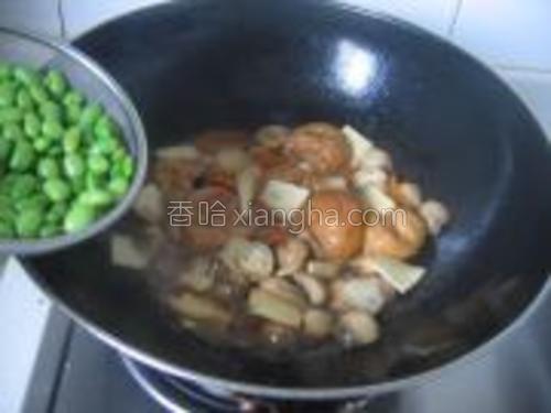 待汤汁快收干时,加入毛豆翻炒片刻。