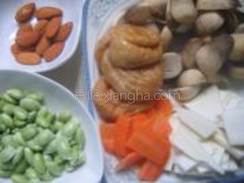 草菇洗净切片,胡萝卜去皮切片,毛豆洗净,面筋温水浸泡,茭白洗净切片。