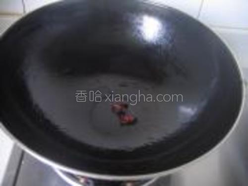 锅中倒油,放入大料煸香。