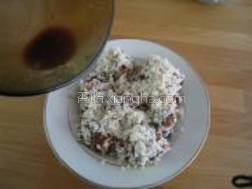 淹小排剩下的汁不要倒掉,均匀的浇在糯米上。