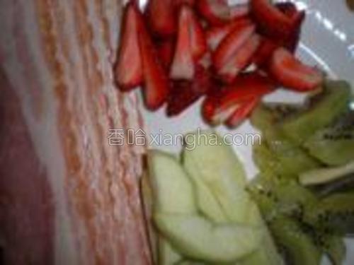 将苹果、猕猴桃去皮,切条,草莓切条。