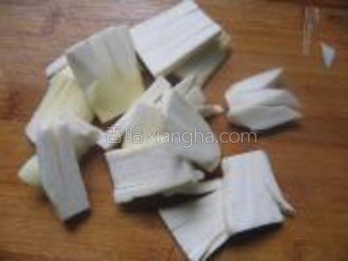 茭白切四方形,用小刀切梳子型。