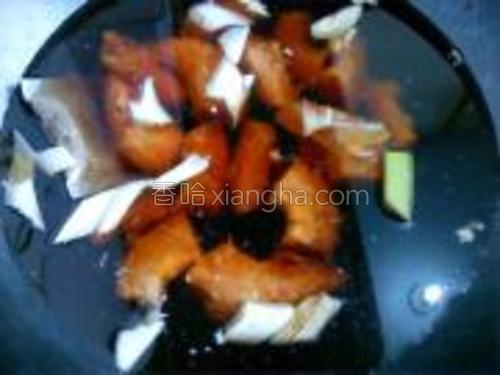 锅内注水,下入鸡脖子,料包,大葱段,适量老抽,盐,开火煮开。