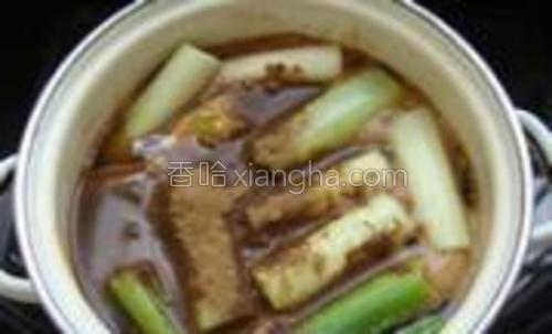 加入清水没过肉的表面,加入葱段、姜片和五香粉;