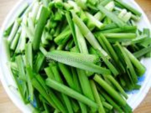 将韭菜清洗干净,去叶留梗,切段,装盘待用。
