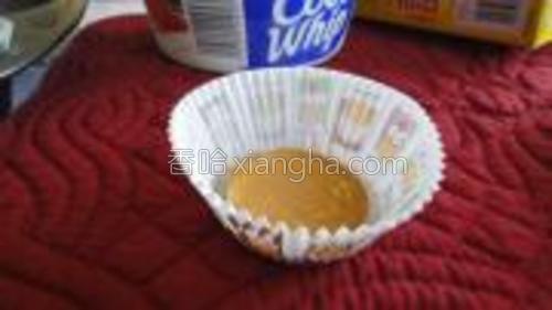 取3张纸杯蛋糕烘培纸,将nilla威化饼干放进每一张烘培纸内。