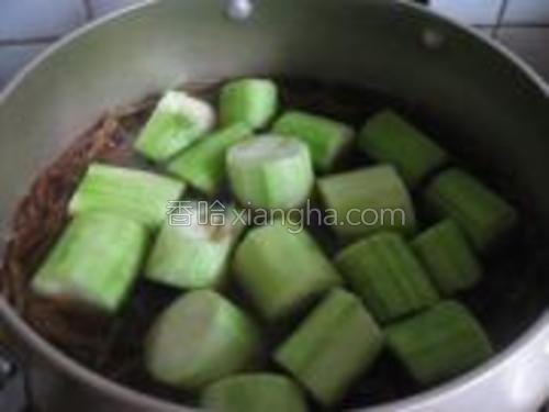 再加入丝瓜,丝瓜很容易熟,稍煮片刻即可。