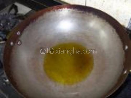 炒锅加热,倒入适量的食用油。