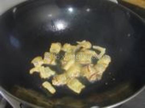 锅里少量油,将腊肉小火煸出油。