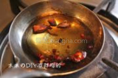 勺中放入橄榄油,冷油放入花椒,桂皮,八角,小火炸至出香味后,把香料捞出