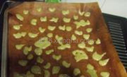 装入裱花袋中挤到烤盘上作出自己喜欢的花形放进烤箱165度5分钟。