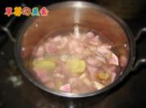 把切好的番薯放入锅内,放入适量水,再加几片姜(没想到做出了很好吃,姜味很浓,没有辣味)开锅后扔两块冰糖进去