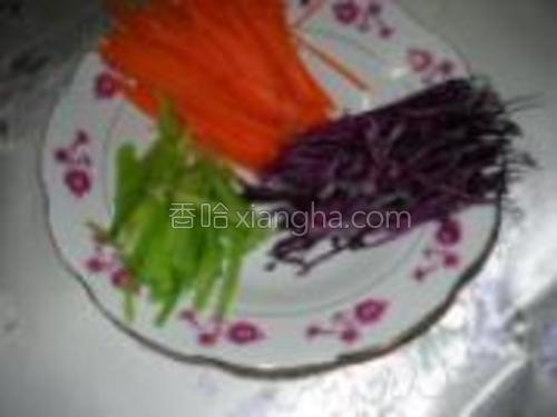 胡萝卜、紫甘蓝、香芹洗净切丝。