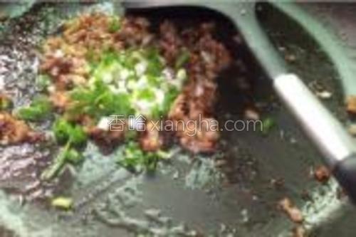 炒好的肉末撒上葱花。