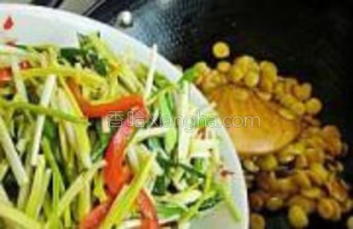再把炒过的蒜黄和红椒蒜苗放入翻炒均匀,加一点香油水淀粉炒匀出锅。