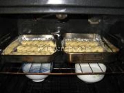 做好的面包排放在烤盘里,放入烤箱做二次发酵至2倍大,约40分钟—1个小时。(烤箱预热28C-30C度左右关火,里面放碗开水保持湿度。)